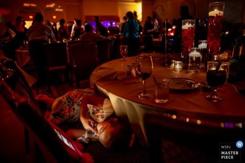 Addison, IL Photojournaliste de mariage | Photo de l'enfant lors d'une réception de mariage