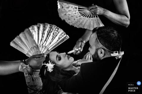Atenas fotoperiodista de bodas | Imagen en blanco y negro de la novia tumbada siendo aventada.