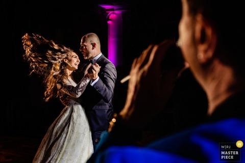 Athen Hochzeit Fotojournalist | Tanzende Braut mit fließendem Haar mit einer Live-Band an der Rezeption