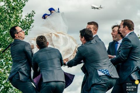 Alberta Hochzeitsfotojournalist | die braut fliegt wie eine kommerzielle fluggesellschaft mit hilfe der groomsmen