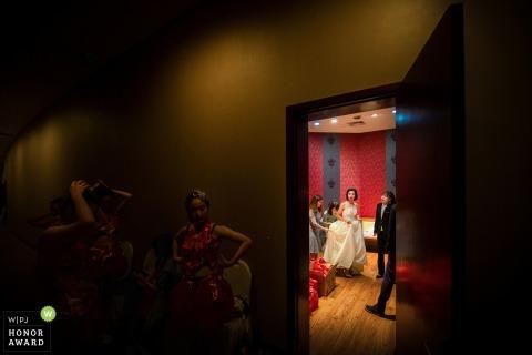 Brautjungfern warten, als die Braut in Liaoning China fertig wird