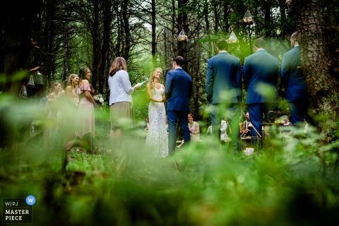 Monkton, VT Wedding Fotojournalist | Beeld van een openluchtceremonie in het Bos