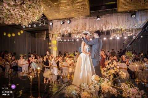 Liaoning Hochzeitsfotojournalist | Braut und Bräutigam stehen vor ihren Gästen und im Mittelpunkt