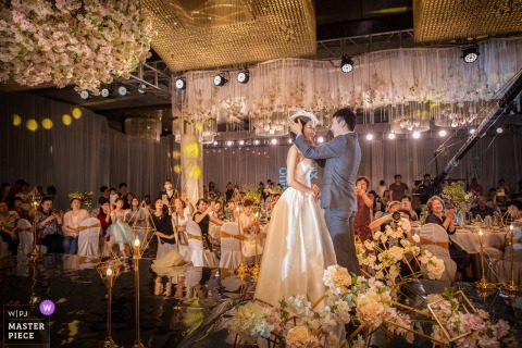 Liaoning Wedding Photojournalist | the bride and groom are before their guests and centerstage