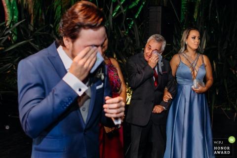 Tout le monde s'émeut pendant la cérémonie à la salle de fête - Porto Alegre