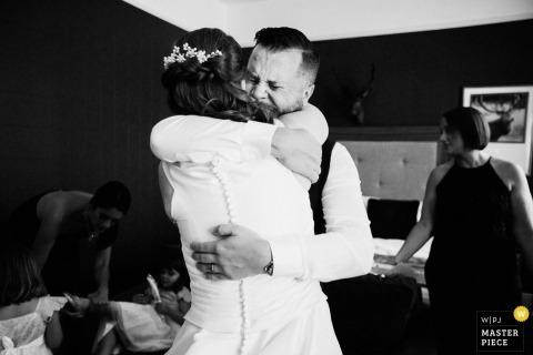 Die Braut wird in ihrem Londoner Hotelzimmer emotional umarmt, während sie sich vorbereitet