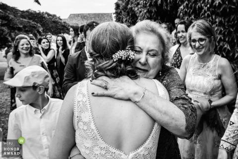 Los invitados abrazan a la novia después de casarse en Francia