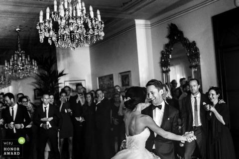 Lombardische bruiloft Gasten lachen als bruid en bruidegom hun eerste dans hebben