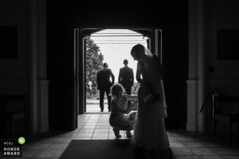 Demoiselle d'honneur de Portland réparant la robe des mariées avant la cérémonie