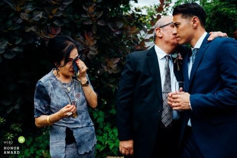Mutter und Vater des Bräutigams werden in Widcombe Grange emotional