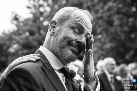 Bruidegom huilt bij het zien van zijn bruid, bestman legt een hand op zijn schouder | Essex Groom en Bestman