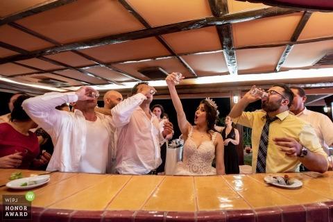 Braut und Bräutigam genießen den Empfang mit einigen Getränken in Thailand