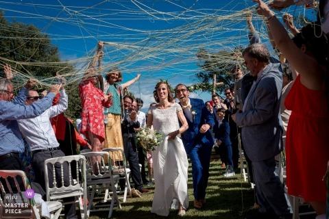 ChâteaudeSaintMarcàSaintNazaire婚禮新娘和新郎在儀式上退出的照片