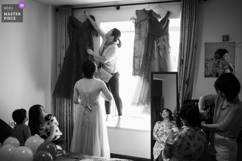 Fuzhou Wedding Photojournalist | druhny wieszają sukienki przy oknie