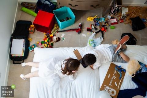 Mariage à la française en Loire - Des enfants habillés jouent sur un lit avant la cérémonie à Chalonne sur Loire