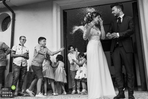 Entfesselte Kinder werfen dem Brautpaar in Cosenza Reis zu