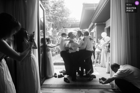 Hunan Wedding Photojournalist | the groomsmen are grouped together in this black-and-white photo of games