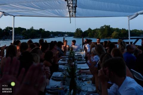 Couple de mariage illuminé par le coucher du soleil au dîner de mariage à Brockville, en Ontario