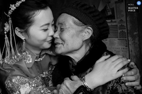 ChongQing Wedding Photojournalist | the bride hugs a family member in this black-and-white Photo