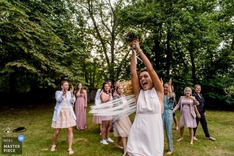 Hochzeitsfoto Manoir de Penfao der Braut ungefähr, zum des Blumenstraußes zu werfen.