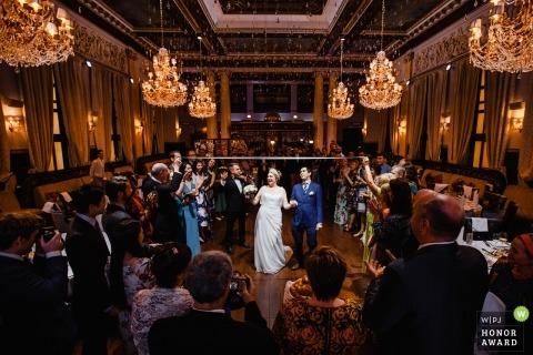 Bruid en bruidegom die een goede tijd hebben bij de ontvangst in Rusland