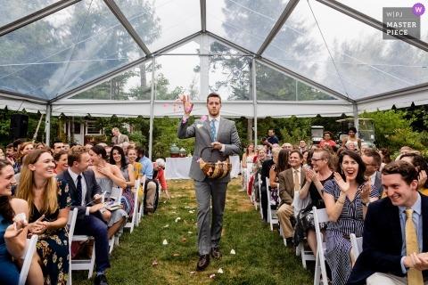 Trenton Maine-huwelijk waar de bloemman bloemen werpt voor de ingang van de bruid