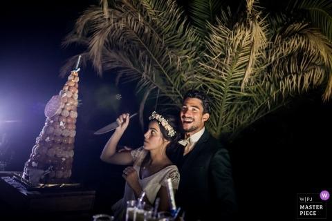 Snijdende het huwelijkshumeur van de Cakohuwelijk met de bruid en haar mes in Beziers, FRANKRIJK