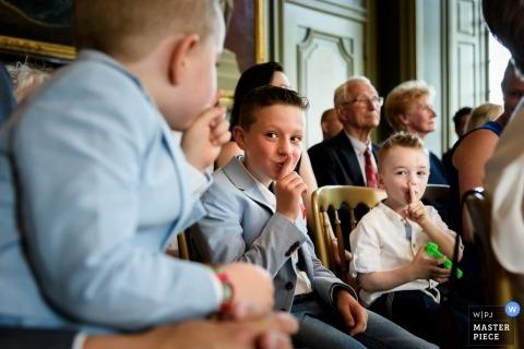 Zuid Holland Wedding Fotojournalist | Shhhhh .... De jongens proberen stil te zijn tijdens de indoor huwelijksceremonie