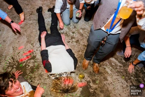 Face-down feestgast bij deze bruiloftsreceptie in Graeagle, Ca
