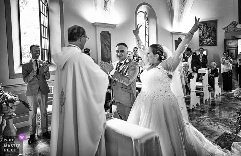 foto van gelukkige bruid bij ceremonie | valle di badia buti