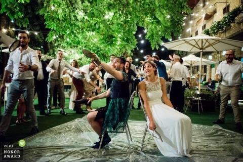 Piotrusia Pana i panna młoda grająca w obuwie na weselu w Bergamo