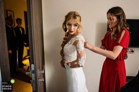 Gdansk Polen Bruidsmeisje helpt de bruid met haar jurk