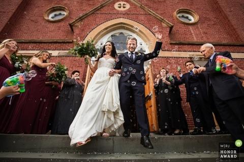 Gäste in New York schießen nach der kirchlichen kirchlichen Trauungszeremonie Blasen auf das Brautpaar