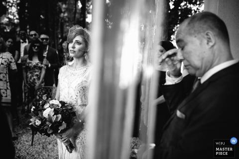 Portofino Wedding Fotojournalist | de bruid wacht tijdens de ceremonie in deze zwart-witfoto