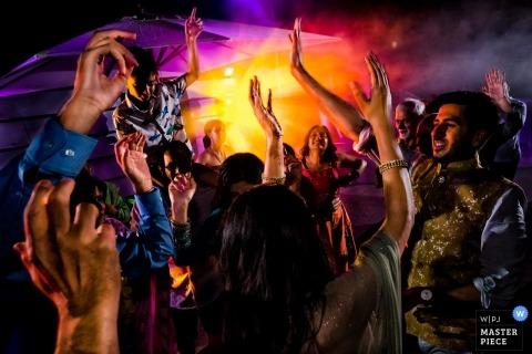 Kroatië Wedding Fotojournalist | zeer kleurrijk Afbeelding van gasten die dansen bij de bruiloftsreceptie