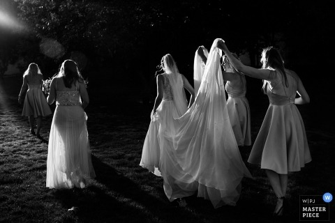 Chateau de l'Ardoisière Bruiloft Fotojournalist | een wandeling buitenshuis met de bruid en bruidsmeisjes in het prachtige zonlicht