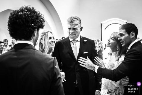 Puglia Wedding Photojournalist | Czarno-biały obraz emocjonalnego ojca oddającego swoją córkę panu młodemu podczas ceremonii