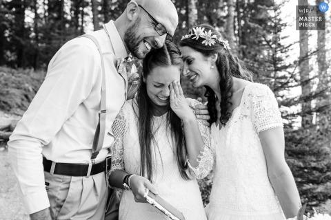 Glacier National Park Wedding Fotojournalist | de bruid en bruidegom troosten een emotionele vrouw tijdens hun buitenceremonie