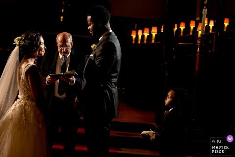 Anticipation du porteur de l'anneau lors d'une cérémonie de mariage à Winnipeg, au Manitoba
