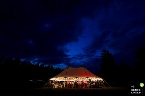 Whitefish, huéspedes de Montana que disfrutan de la hermosa noche en la recepción de tiendas de campaña