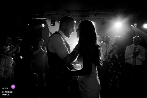 Wicklow, Ireland Wedding Fotojournalist | zwart-wit eerste dansbeeld van de bruid en bruidegom
