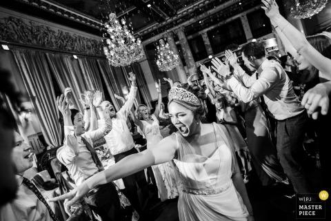 Bruiloftfotograaf van Sint-Petersburg | Rusland zwart-witte ontvangstfoto van de bruid op de dansvloer