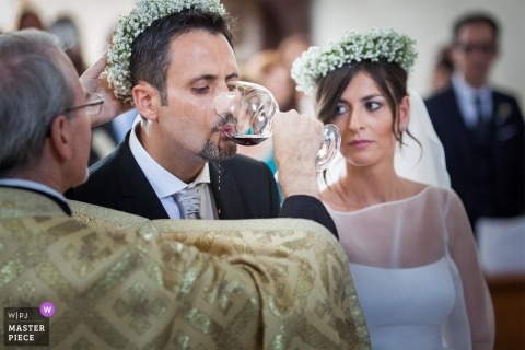 Wein tropft aus dem Mund des Bräutigams - Eucharistie-Detail dieser kirchlichen Zeremonie