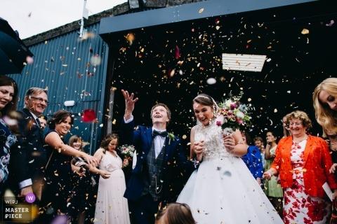 Jeunes mariés et confettis à cette cérémonie de mariage à la ferme Bawdon Lodge