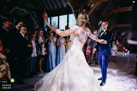 Noiva noivo, desfrutando, seu, primeiro, dança, como, convidados, relógio, em, a, casa vermelha, barns