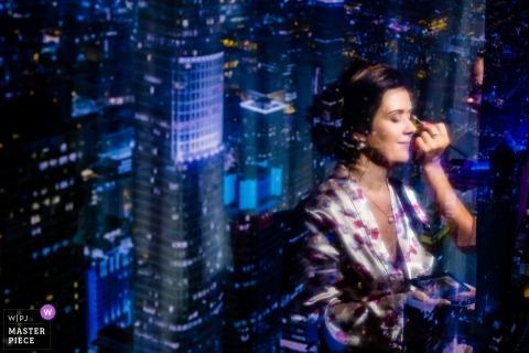 Photojournaliste de mariage à Budapest | Hongrie, mariée, avoir, maquillage, appliqué, à, lumières ville, derrière elle