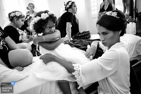 Havana, Cuba Trouwfotojournalist | de bruid en het bloemenmeisje maken gezichten terwijl ze zich klaarmaken