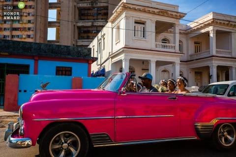 De bruidsmeisjes die van Havana van convertibele autorit genieten aan de huwelijksceremonie in Cuba