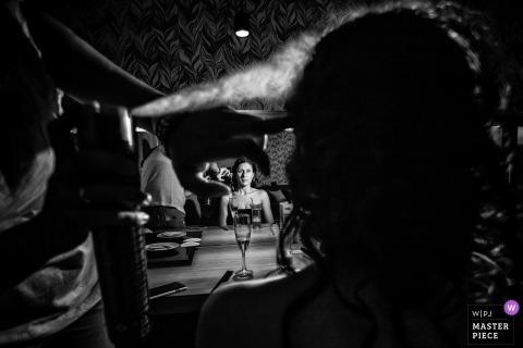 Athen Hochzeitsfotojournalist | Braut erhielt Haarspray in diesem Schwarzweißfoto von Attica Hochzeit
