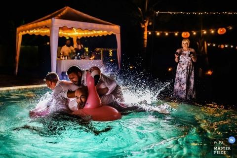Ambalama, Thalpe, Sri Lanka huwelijksfoto van gasten die in de pool bij de ontvangstpartij springen.